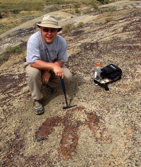 Paleontolog Phillip L. Manning u dobře viditelného otisku stopy velkého teropodního dinosaura, nacházejícího se v sedimentech souvrství Hell Creek. Téměř s jistotou tak jde o fosilní stopu tyranosaura. Nález byl oznámen v říjnu roku 2007, v následují