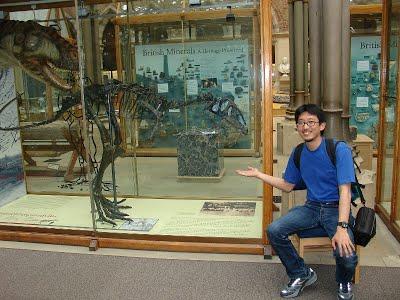 Dr. Manabu Sakamoto - vedoucí studie, která mění názor na příčinu vyhynutí dinosaurů. Na snímku je spolu s Eustreptospondylusem (vlevo). Kredit: University of Reading