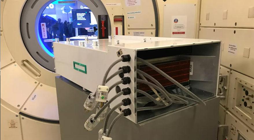 Replika superpočítače Spaceborne Computer Kredit: HPE.