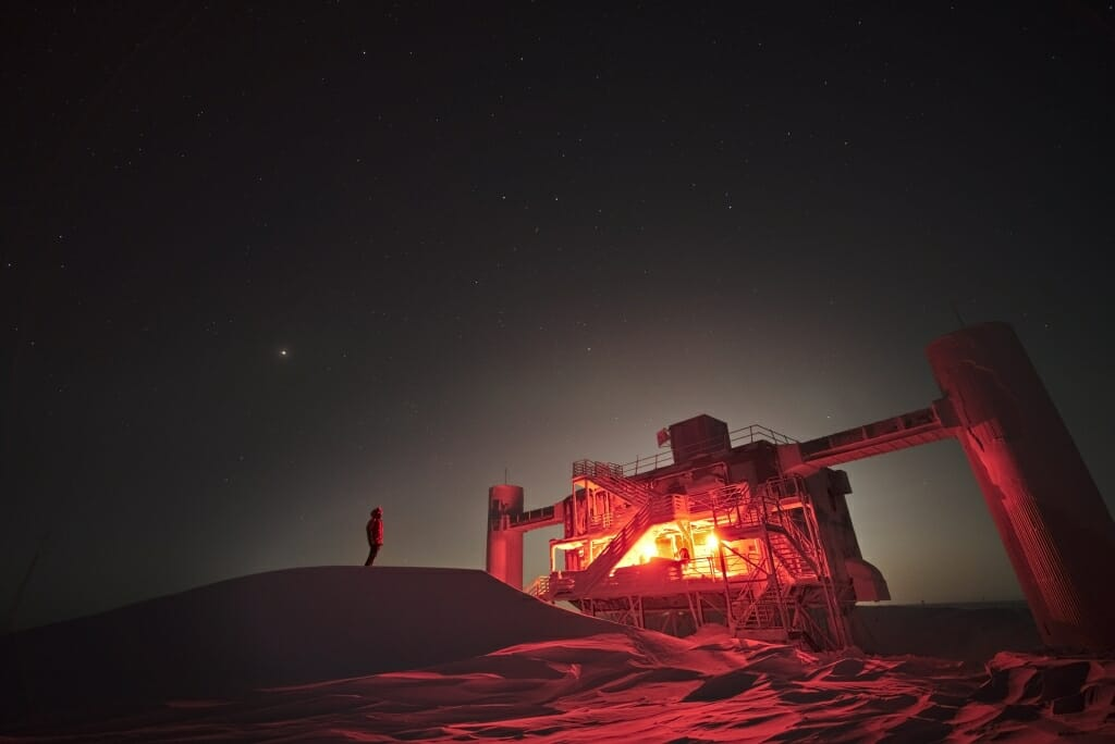 IceCube na jižním pólu. Kredit: Raffaela Busse, IceCube / NSF.