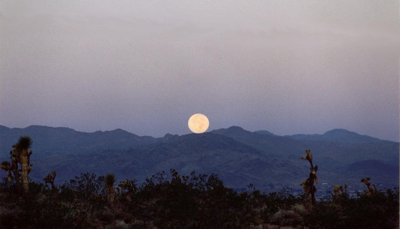 Měsíc nad Kalifornií.