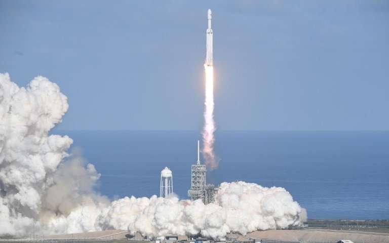 Falcon Heavy startuje z Kennedyho vesmírného střediska na Floridě 6. února 2018