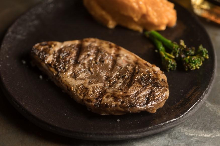 Skoro jako živý: 3D biotištěný rib eye steak. Kredit: Aleph Farms/Technion — Israel Institue of Technology.