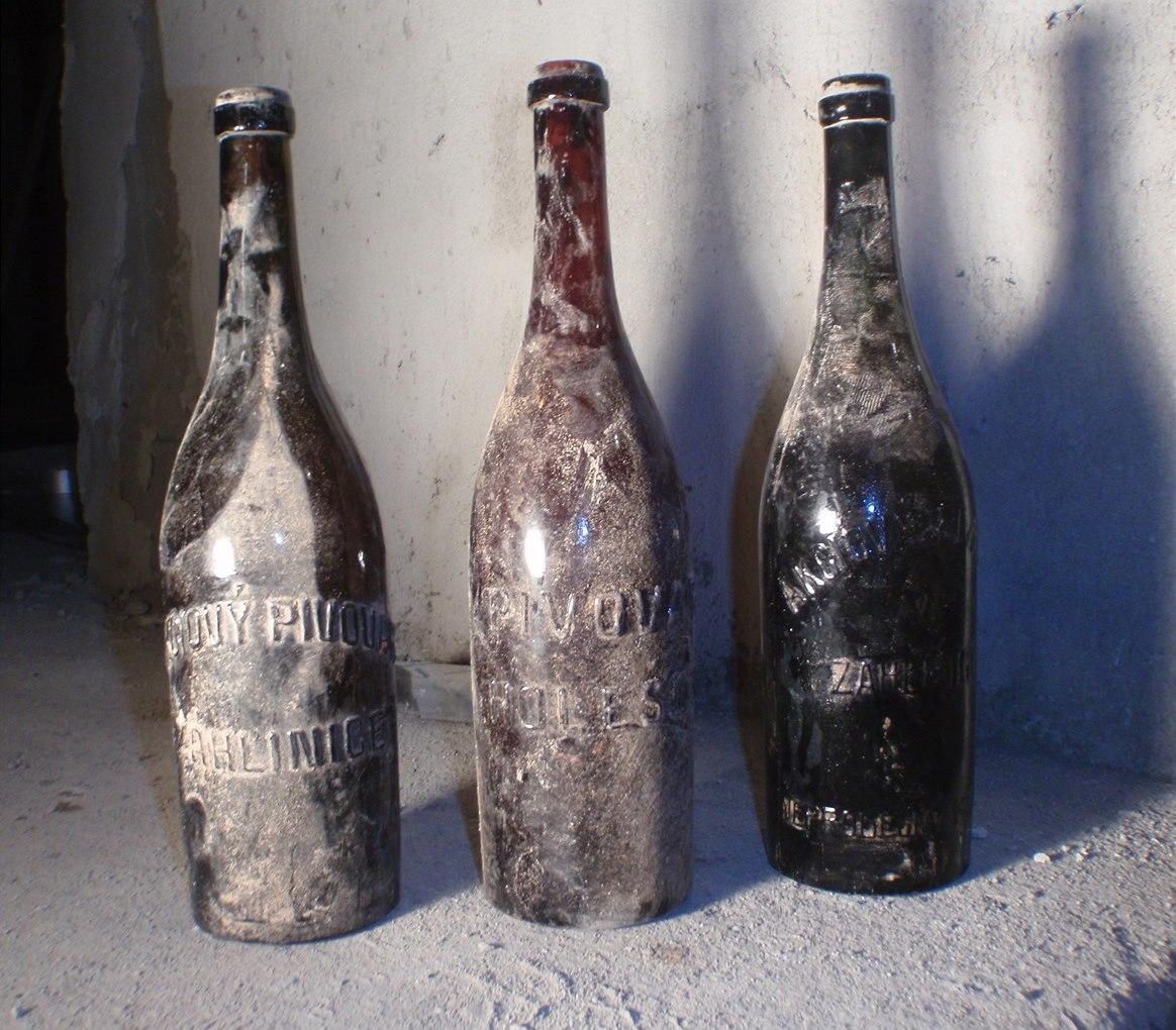 Tři lahve ze Akciového pivovaru Záhlinice. Kredit: Českomoravský svaz minipivovarů.