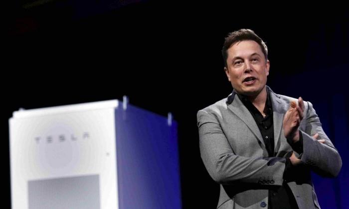 Foto: Elon Musk představuje Powerwall, rozhodující článek, který by měl přispět k širšímu využití obnovitelných zdrojů energie. (YouTube / Tesla Motors)