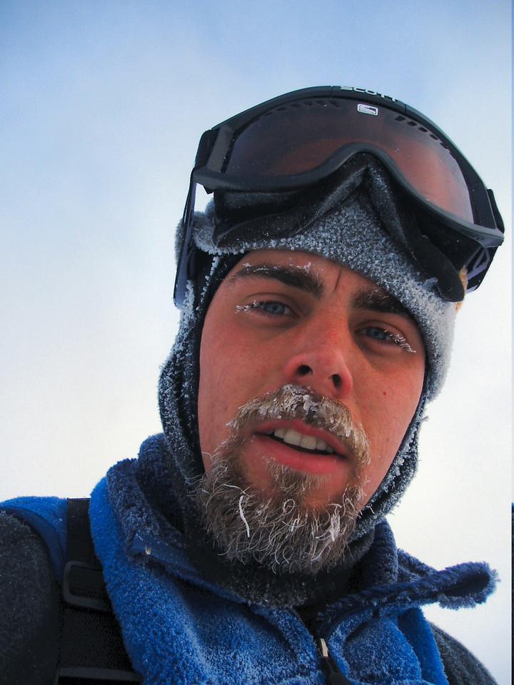 """Profesor Chris Polashenski, geofyzik: """"Klimatologům se do výpočtů vetřel šotek. Postupné slepnutí přístrojů považovali za zvyšující se znečištění grónského sněhu."""" (Kredit: Cold Regions Research and Engineering Laboratory)"""