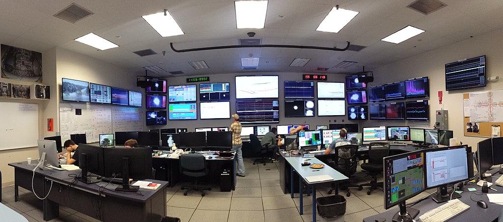 Řídící středisko gravitační observatoře LIGO. Kredit: Amber Stuver / Wikimedia Commons.