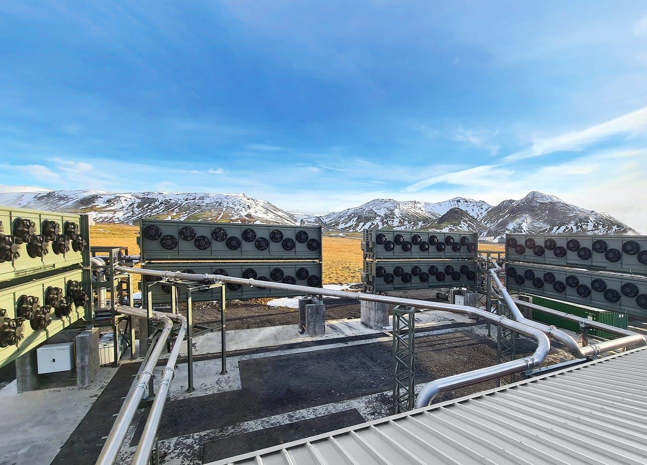 Na Islandu se rozjíždí Orca. Výroba a instalace jedné jednotky v takovém zařízení stojí víc než 200 tisíc dolarů – více než čtyři a půl milionu korun. Kredit: Climeworks.