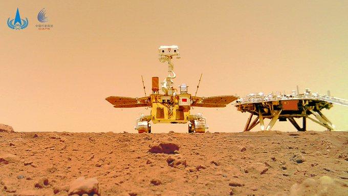 Vozítko Ču-Žung a přistávací modul, který jej dopravil na Mars vyfocený malou mobilní kamerou, kterou vozítko umístilo na povrch Marsu (zdroj CNSA).