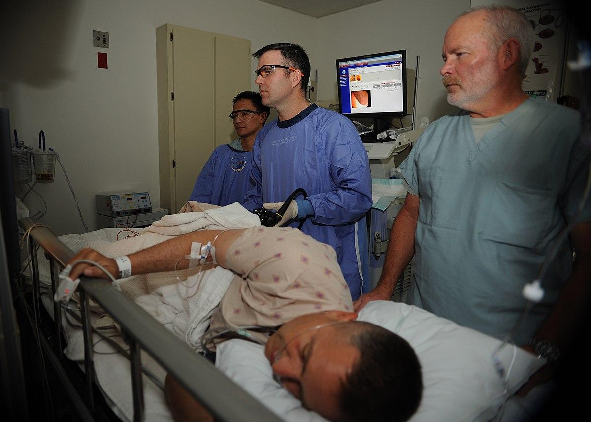 Kolonoskopické vyšetrenie nie je príjemné. Americký vojak na obrázku ho znáša hrdinsky, ale obrázky usmiatych kolonoskopovaných pacientov ani reklamy súkromných kliník neobsahujú. (Kredit: U.S. Navy, volné dílo).