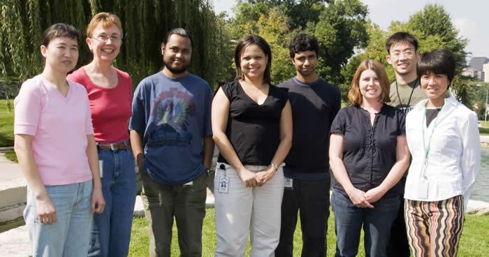 Kausik Si ( pátý z leva), Kandelův spolupracovník. Se svým kolektivem z Stowers Institute for Medical Research, Kansas City přispěl ke zlepšení reputace prionů. Navzdory jejich  špatné pověsti prokázal i jejich lepší stránku.
