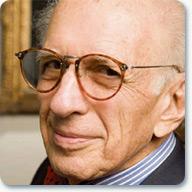 Nobelista Eric R. Kandel. Oceněn byl za objevy při přenosu signálů v nervové soustavě. Díky němu víme, že fosforylace iontových kanálů a exprese nových proteinů je spojena s vytvářením dlouhodobých paměťových stop. Jeho neu