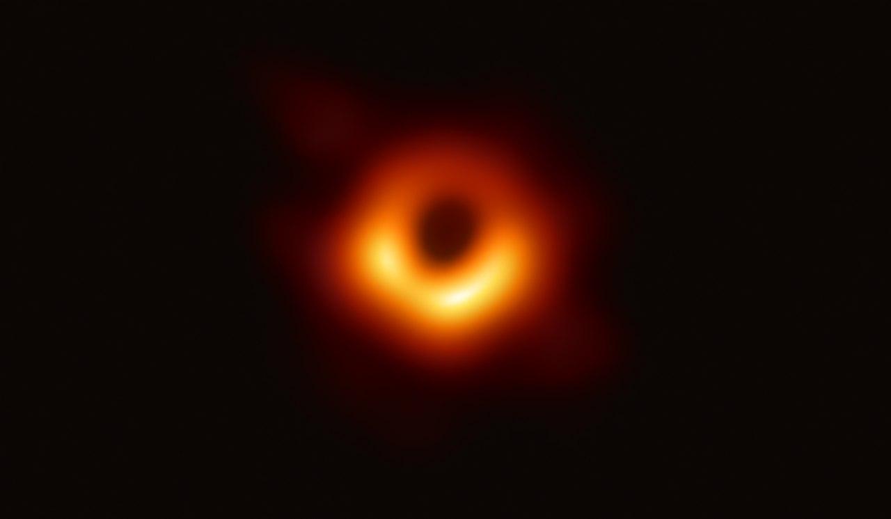 Supermasivní černá díra. Kredit: Event Horizon Telescope.