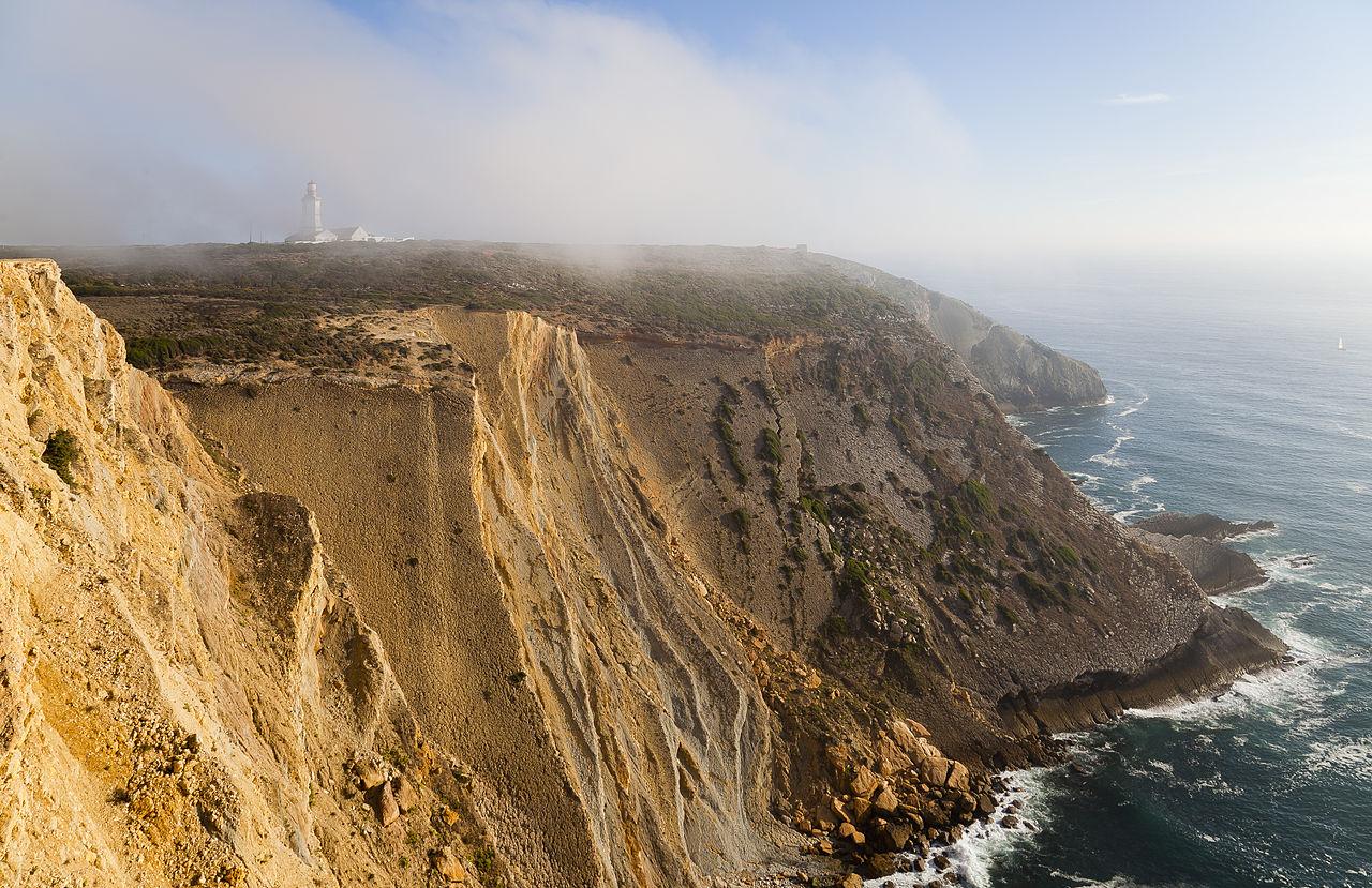 Malebná scenérie útesů mysu Cabo Espichel, jedné z nejzápadnějších výsep Evropy. Právě v této oblasti kdysi ožila legenda o obřím oslíkovi, založená na fosilních otiscích stop jurských sauropodů. Kredit: Diego Delso, Wikipedie (CC BY-SA 3.0)