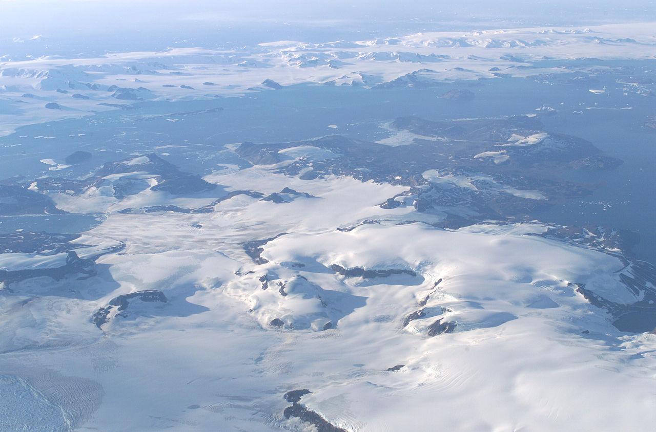 Ostrov Jamese Rosse při pohledu z letounu NASA DC-8 během mise AirSAR v roce 2004. Najít zkameněliny dinosaurů v této mrazivé pustině je velká dřina, a to navzdory jejich zdejšímu (předpokládanému) značnému množství. Kredit: Jim Ro