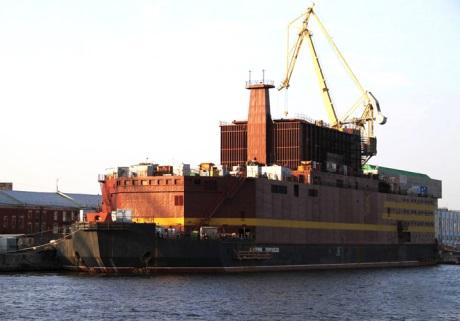 Loď s vybavením pro pozemní část plovoucí jaderné elektrárny Akademik Lomonosov dorazila do Peveku (zdroj Rosenergoatom).