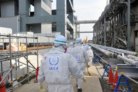 Inspekce pracovníků Mezinárodní agentury pro atomovou energii ve Fukušimě I (zdroj Susanna Loof/IAEA)