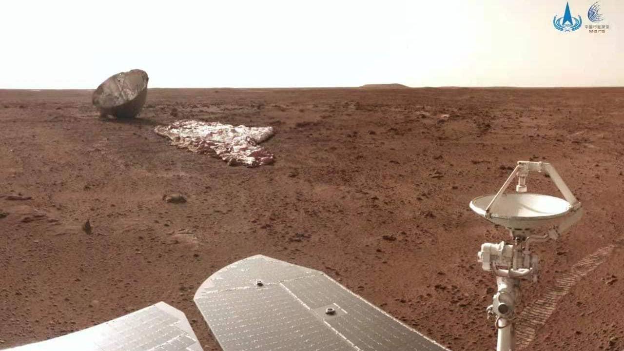 Vozítko Ču-žung vyfotografovalo i padák, který umožnil jeho přistání na Marsu (zdroj CNSA).