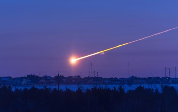 Čeljabinský meteorit (2013). Kredit: Alan Fitzsimmons.