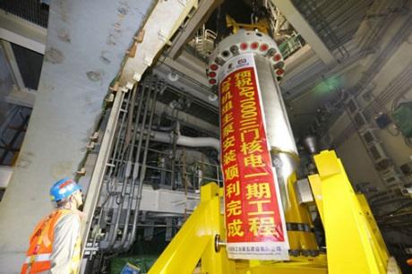 Instalace posledního ze čtyř hlavních čerpadel primárního okruhu na bloku San-men 2 (zdroj CNNC).