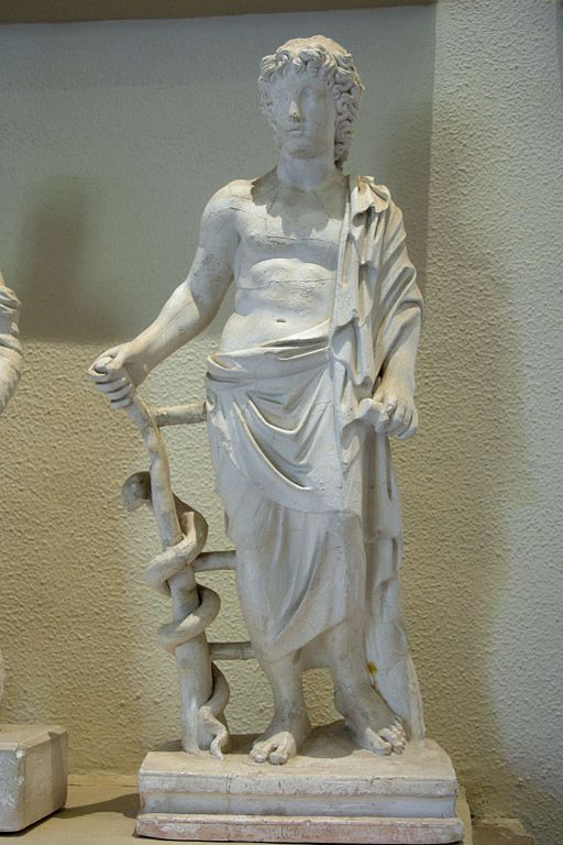 Mladý Asklépios s hadem, Epidauros, helénistická doba. Kredit: Wikimedia Commons.