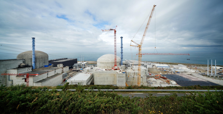 Tento záběr elektrárny Flamaville ještě obsahuje jeřáby u třetího bloku (zdroj EDF).
