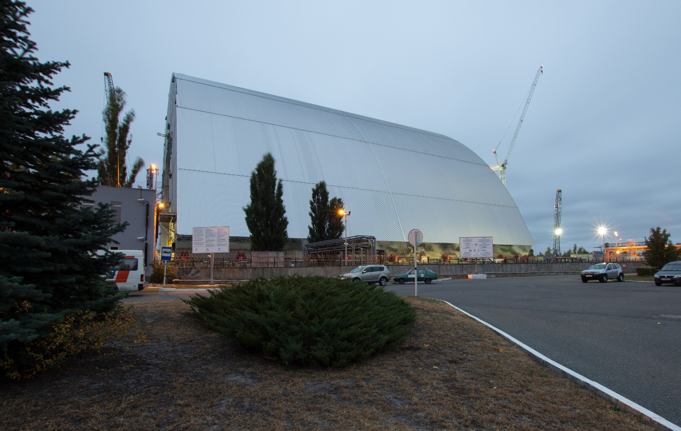 V říjnou 2016 se nový sarkofág se nasunul nad zničený čtvrtý černobylský blok (zdroj Tim Porter, wikipedie).