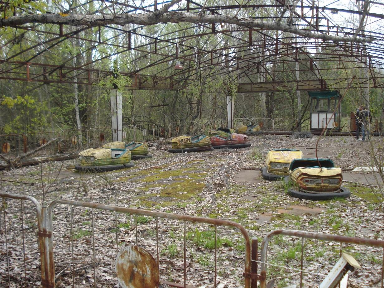 Velmi známý autodrom v Pripjati. Prosba: Nejsem dobrý fotograf. Existuje řada daleko lepších fotografií z oblasti Černobylu. Použil jsem v článku své fotografie hlavně proto, že dokumentují stav z 21. dubna 2016. Pokud je budete někdo