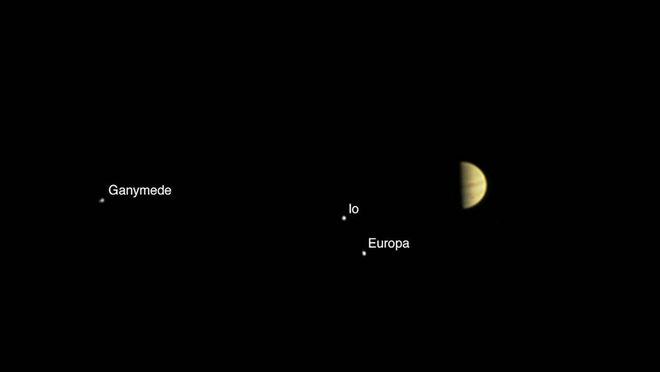 Jeden z prvních snímků Jupitera a jeho měsíců pořízených sondou Juno 28. června ze vzdálenosti 6,2 milionů kilometrů (zdroj NASA).