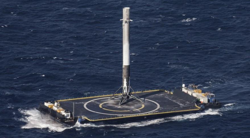 PrvnĂ stupeĹ? rakety Falcon 9 pĹ™istál na moĹ™skĂ© plošinÄ› 8. dubna 2016 (zdroj SpaceX).