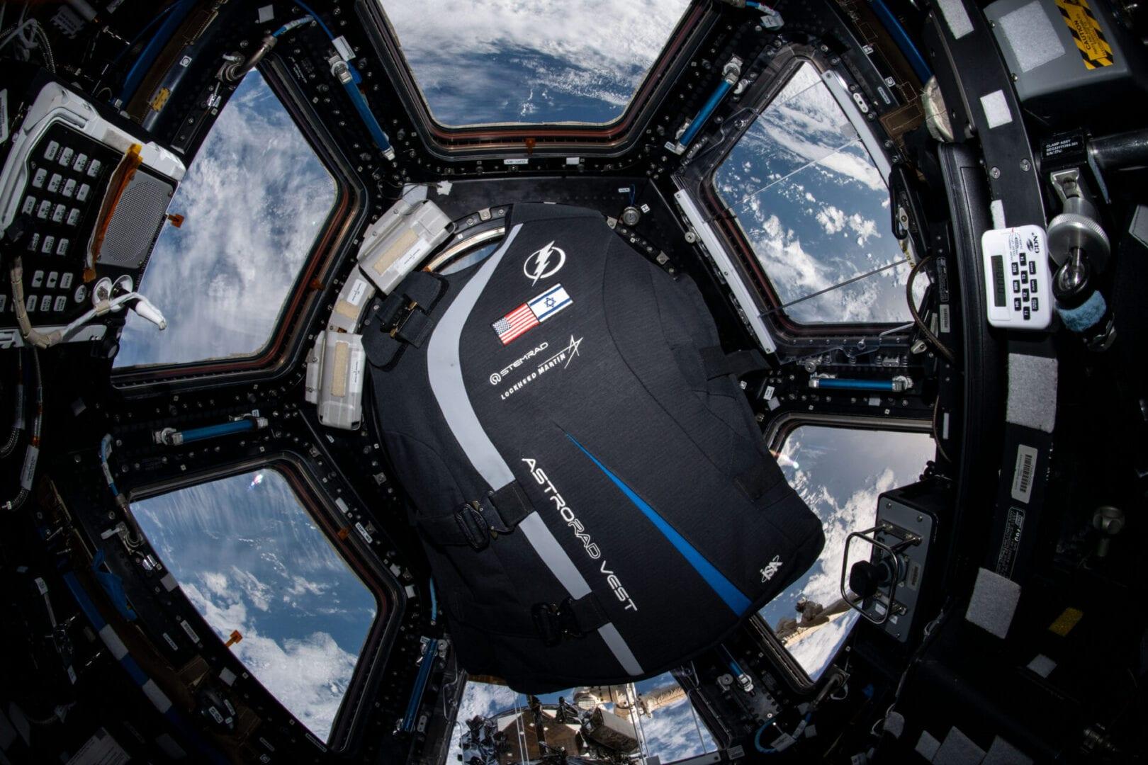 Ergonomické testy protiradiační vesty AstroRad probíhaly na vesmírné stanici ISS (zdroj NASA).