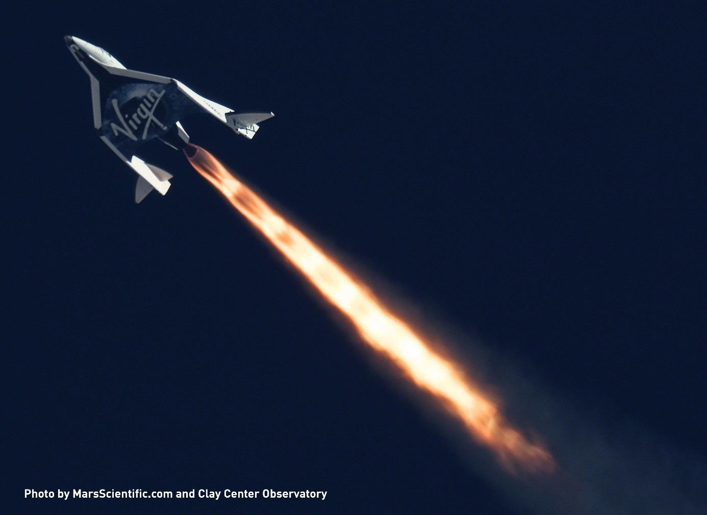 Snímek letu suborbitální lodi SpaceShipTwo v dalekohledu během zkušebního letu v roce 2013 (zdroj MarsScientific.com and Clay Center Observatory).