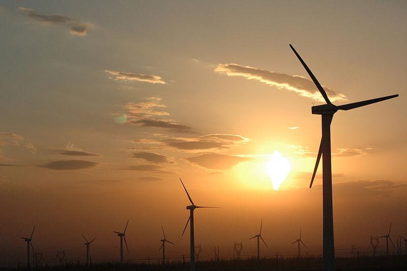 Čína rozvíjí všechny nízkoemisní zdroje. Jedna z moderních čínských větrných farem. (zdroj Wikipedie).