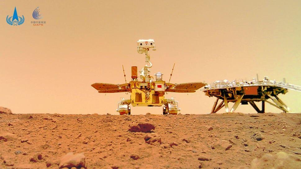 Lidskou výpravu a dlouhodobou přítomnost na této planetě vyhlašuje jako cíl i Čína. Nedávno pořídilo své selfie s přistávacím modulem čínské marsovské vozítko Zhurong (zdroj CNSA).