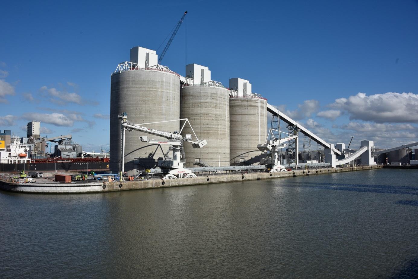 Zásobníky pro skladování pelet pro elektrárnu Drax v  liverpoolském přístavu (zdroj Drax).
