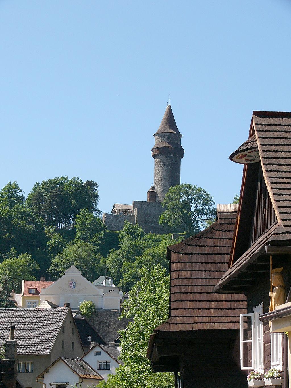 Pohled na věž Trúbu, dominující malebnému moravskému městečku Štramberk. Tato oblast byla v období pozdní jury i rané křídy pod hladinou moře a o velké dravé krokodýlovité plazy tu rozhodně nebyla nouze. Kredit: Michal Maňas; Wikipedie (CC BY 4.0)