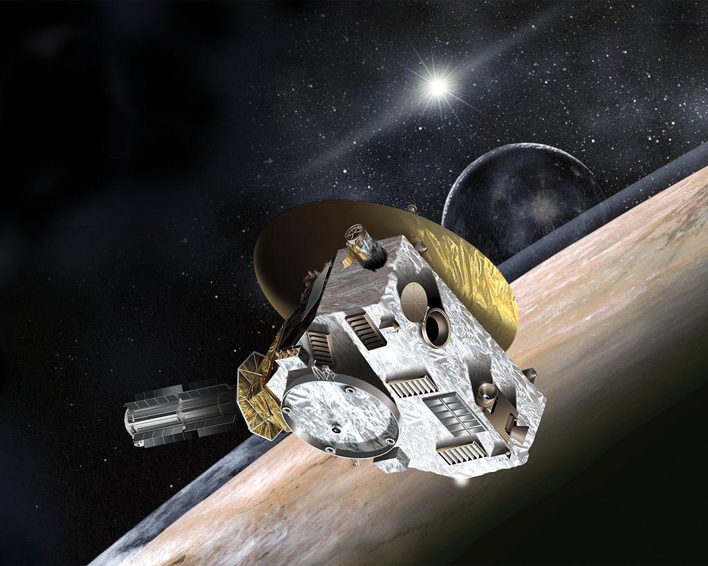 Sonda New Horizons nám v loĹ?skĂ©m roce zaÄŤala odesĂlat prvnĂ podrobnĂ© snĂmky vzdálenĂ© trpasliÄŤĂ planety Pluto. AÄŤkoliv letĂ rychlostĂ pĹ™es 16 km/s, cesta k ledovĂ©mu svÄ›tu podchlazenĂ©mu na příjemnĂ˝ch -230 °C mu i tak trvala tĂ©mÄ