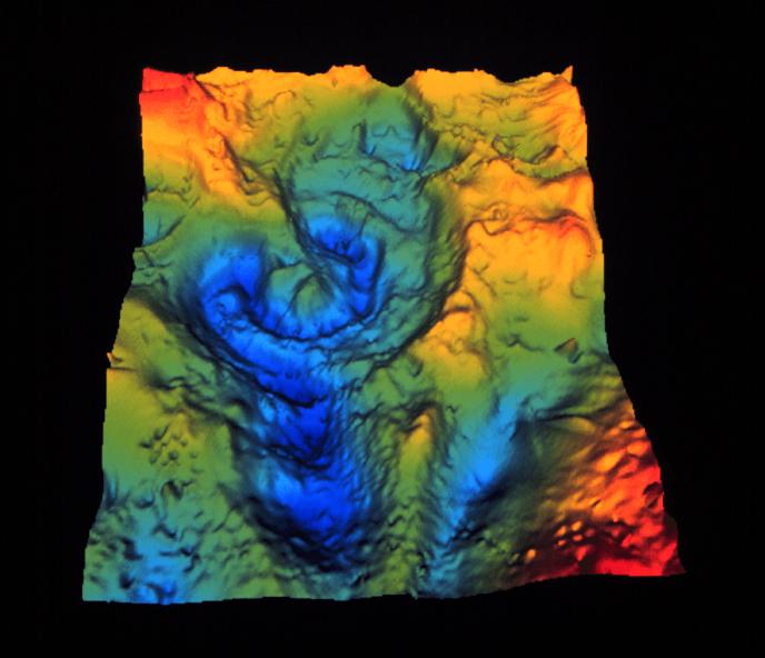 Počítačem vytvořená mapa gravitačních anomálií, vykreslující impozantní stavbu a tvar dnes již hluboko pohřbeného dopadového kráteru Chicxulub. Ten vznikl před 66 miliony let a víme o něm teprve tři desetiletí. Kredit: NASA; Wikipedia (volné dílo).