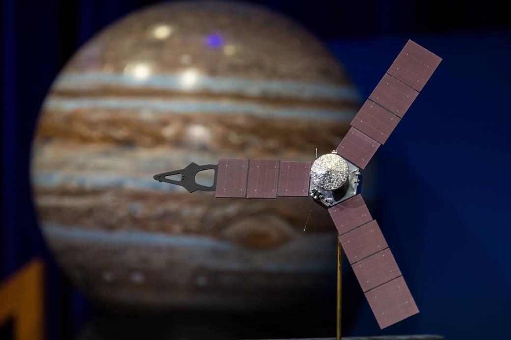 Sonda Juno při svém příletu k Jupiteru (zdroj NASA).