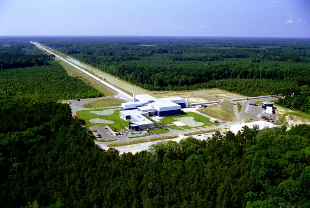 Livingstonská observatoř LIGO v Louisianě. Kredit: LIGO Scientific Collaboration/NSF
