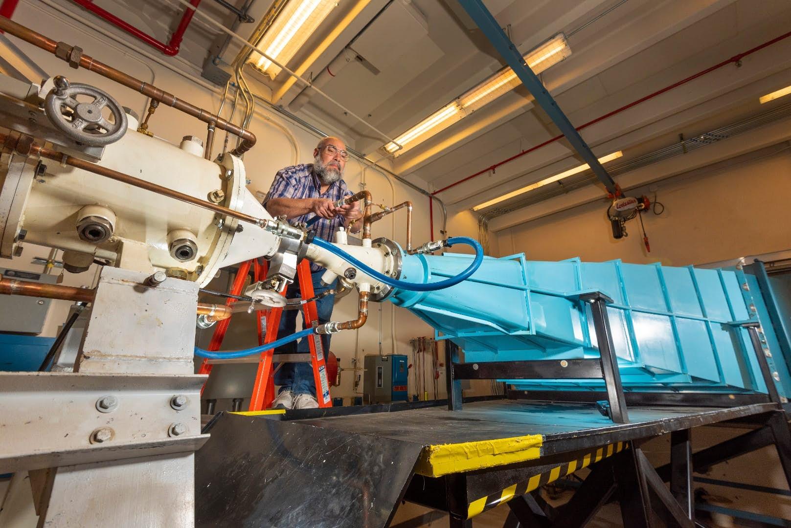 EMES, ElectroMagnetic Environment Simulator, a jeho operátor Leonard Martinez. Kredit: Sandia National Laboratories/Randy Montoya
