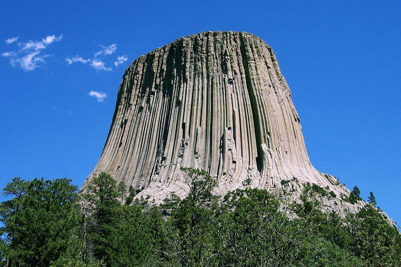 Ďáblova věž ve Wyomingu je Ăştvar sopeÄŤnĂ©ho pĹŻvodu, vystupujĂcĂ 386 metrĹŻ nad okolnĂ terĂ©n. PĹ™edstavuje nádhernĂ˝ doklad sloupcovĂ© odluÄŤnosti. Vznikl asi pĹ™ed 50 aĹľ 60 miliony let erozĂ okolnĂ horniny a stal se pĹ™edmÄ›tem uctĂvĂ