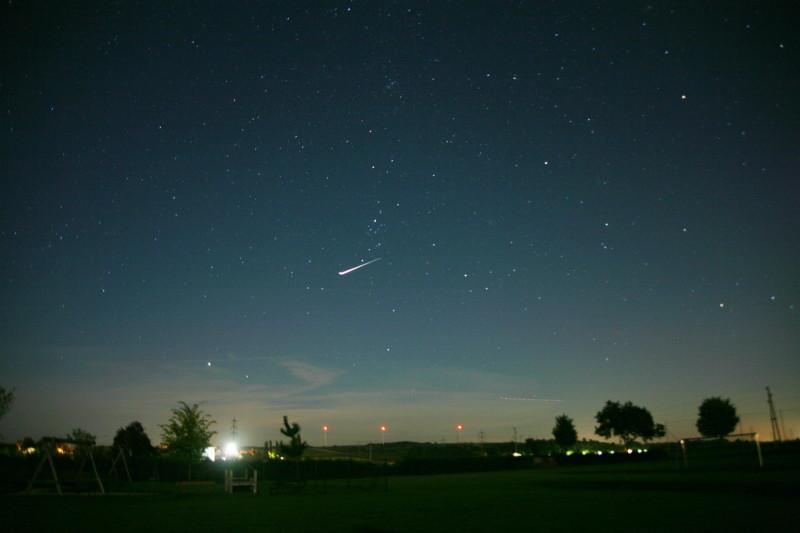 Záblesk satelitu Iridium. (Kredit: Peter Nussbaumer, Wikipedia)