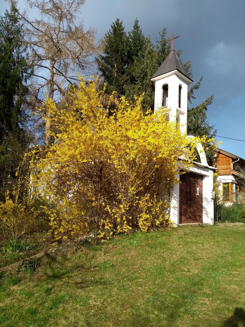 Jarní čas se stal časem epidemie. Kaplička v Řeži. (Foto Vladimír Wagner).