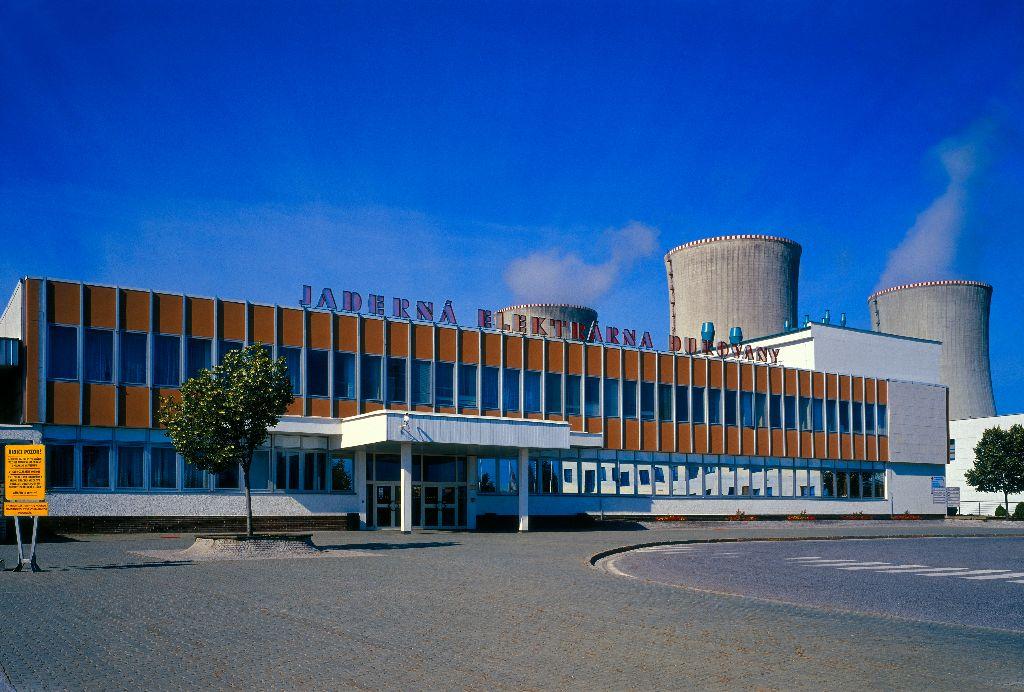 Jestli se postaví nové bloky v Dukovanech a jestli se provozování těch stávajících prodlouží na 60 let je velmi otevřenou otázkou, zvláště po současných vyhlášeních premiéra a ministryně průmyslu a obchodu (zdroj ČEZ).