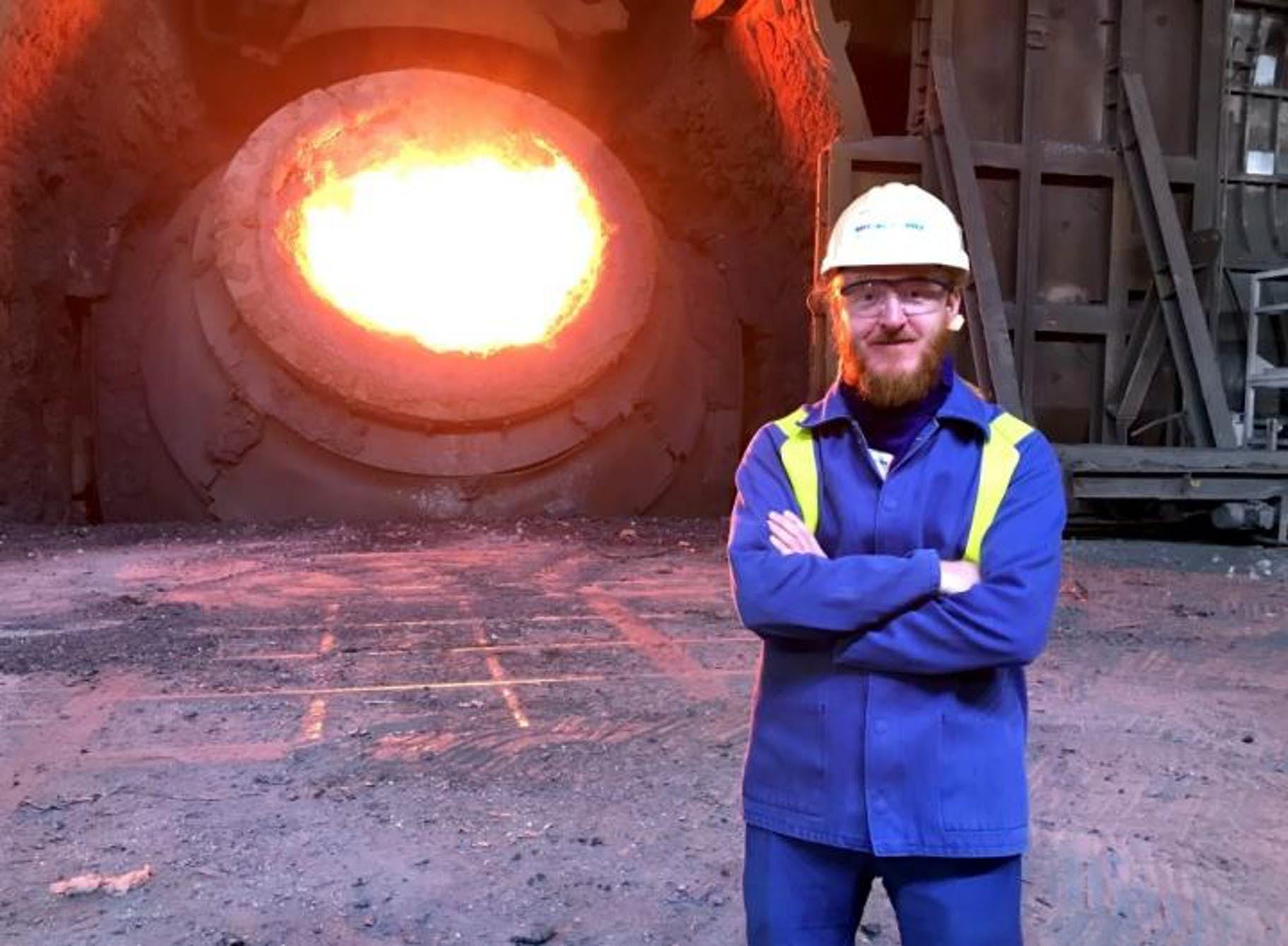 Szymon Kubal vocelárně Tata Steel Port Talbot. Kredit: Tata Steel