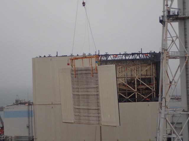 OdstraĹ?ovánĂ prvnĂho boÄŤnĂho panelu provizornĂho krytu u prvnĂho bloku (zdroj TEPCO).