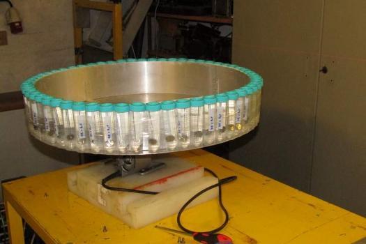 Příprava vzorků ke sterilizaci, možnost sterilizace pomocí radiace nabízí ÚJF AV ČR (zdroj ÚJF).