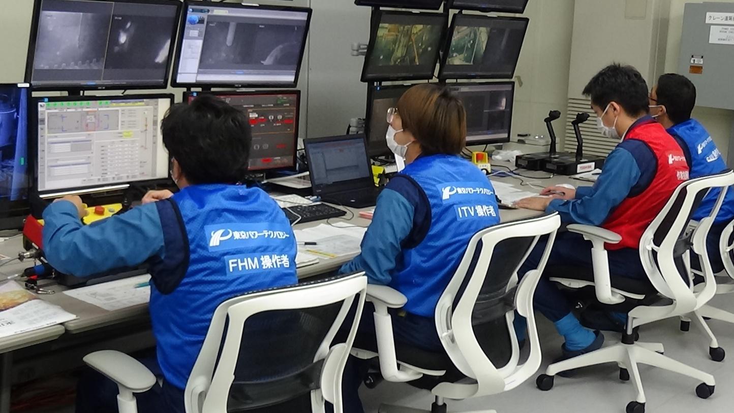 Řídící středisko dálkového ovládání vyklízení bazénu třetího bloku (zdroj TEPCO).