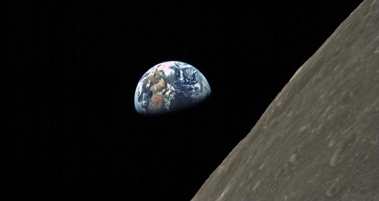 Společně sretranslační družicí byly vyslány i dva mikrosatelity, znichž druhý pořídil pomocí kamery ze Saudské Arábie pěkný snímek Země zpoza Měsíce (zdroj Harbin Institute of Technology).